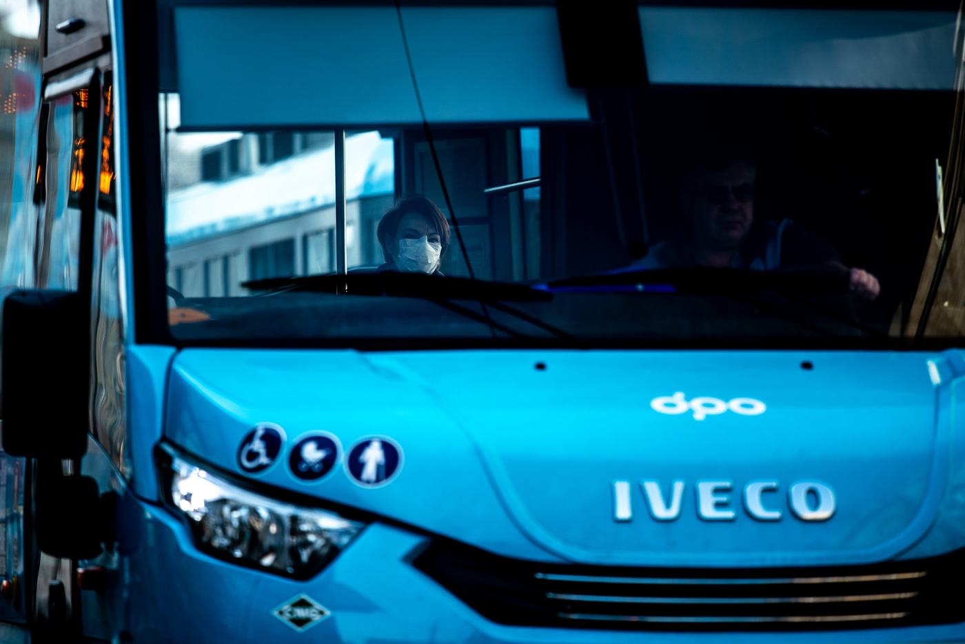Samotná žena s rouškou jede v minibuse Dopravního podniku Ostrava u Nové Karoliny v centru Ostravy. 18. března 2020 v Ostravě. Foto: © Lukáš Ston/Moravskoslezský deník.