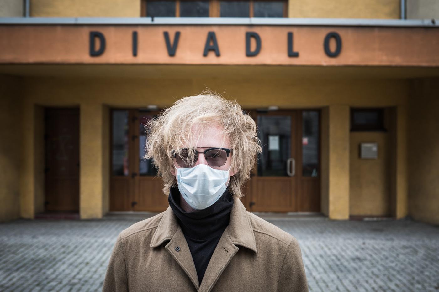 Koronovirová pandemie zasáhla také divadla, která musela zavřít a přišla tím o velkou část svých příjmů. Na snímku umělecký šéf Divadla Mír Štěpán Kozub. Foto: © Jiří Zerzoň/Vlasta
