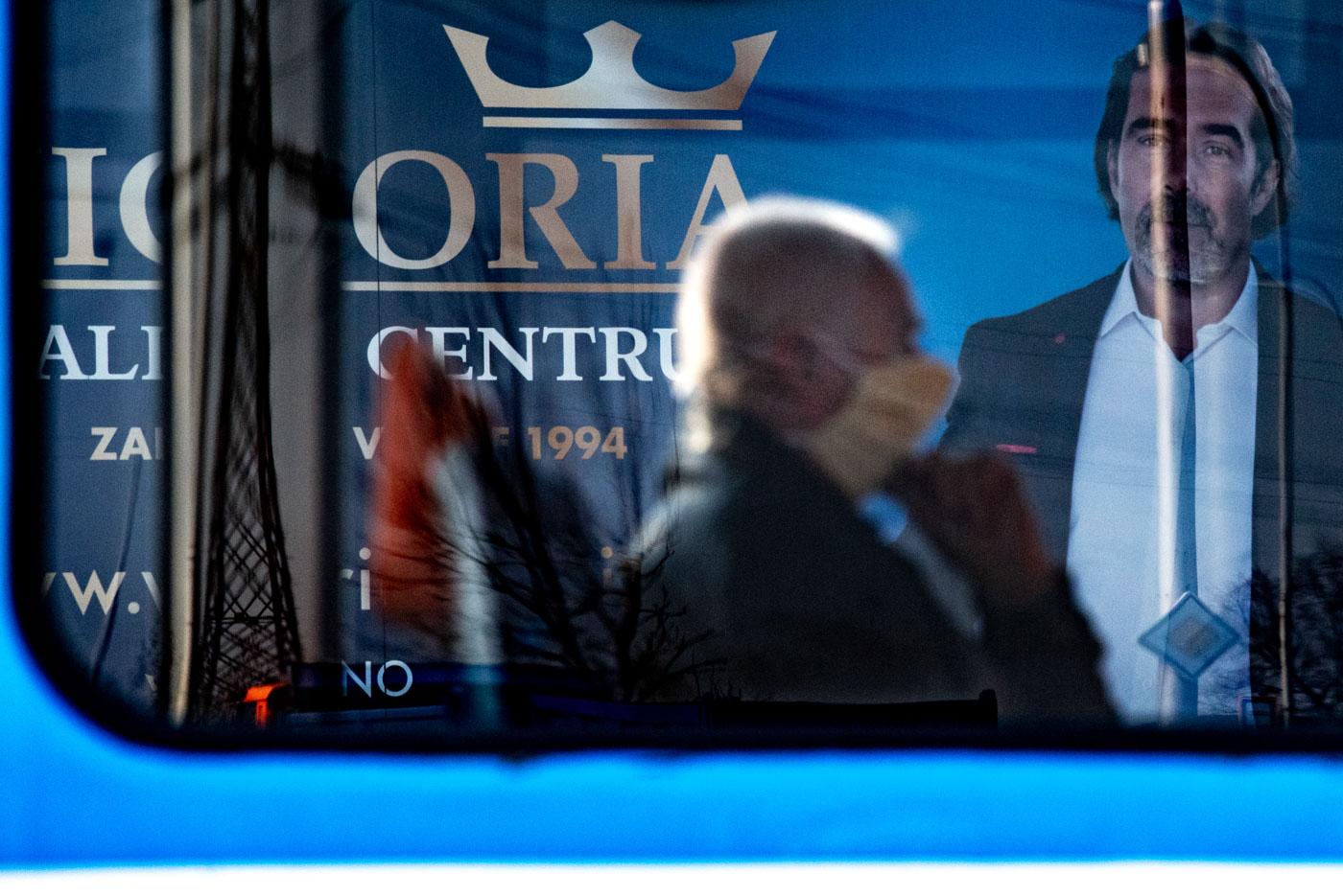 Starší muž s nasazenou rouškou jede v tramvaji. Vláda České republiky vyhlásila karanténu, aby zamezila šíření novému koronavirovému onemocnění. 18. března 2020 v Ostravě. Foto: © Lukáš Ston/Moravskoslezský deník.