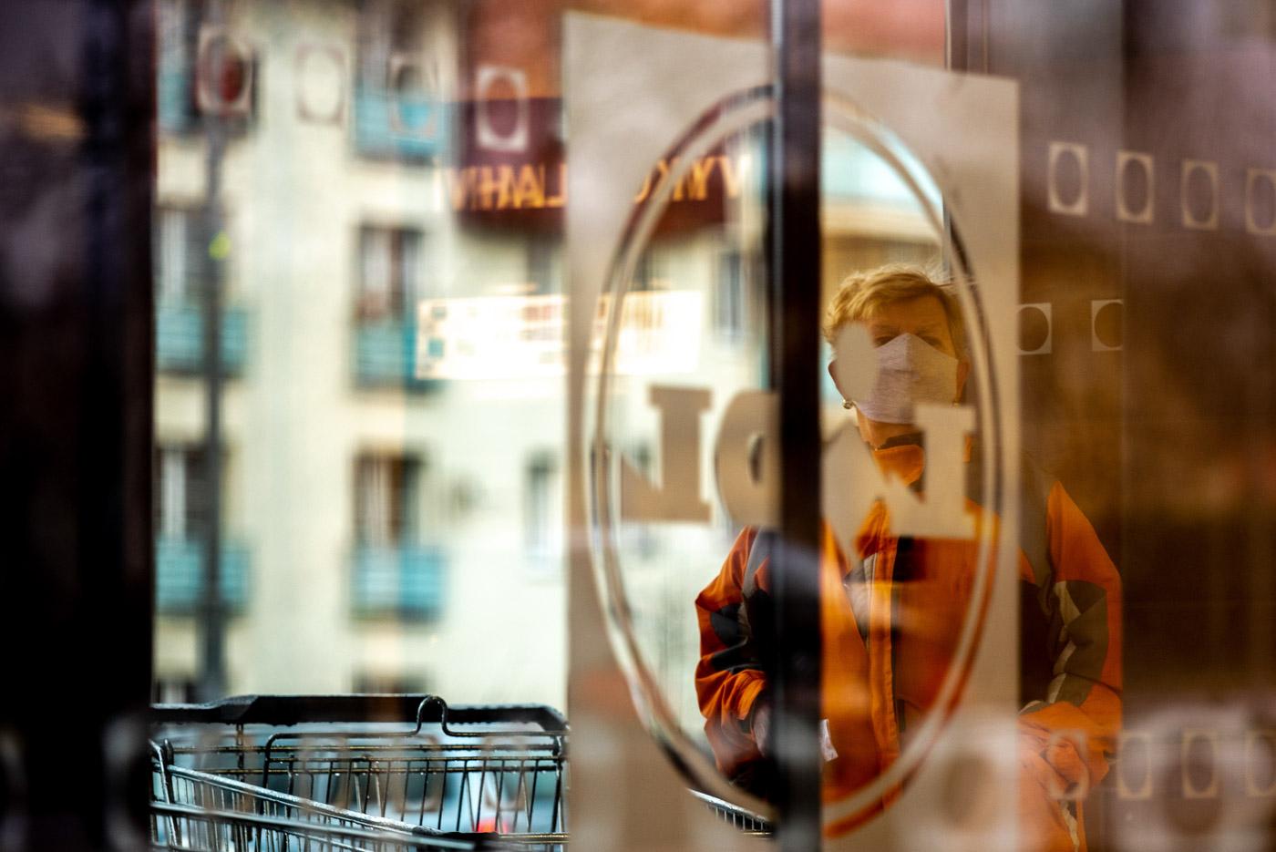 Seniorka čeká na otevření obchodu Lidl. Česká vláda rozhodla, že pouze lidé starší 65 let mají povoleno nakupovat v obchodech mezi 7 a 9 hod. 21. Března 2020 v Ostravě. Foto: © Lukáš Ston/Moravskoslezský deník.