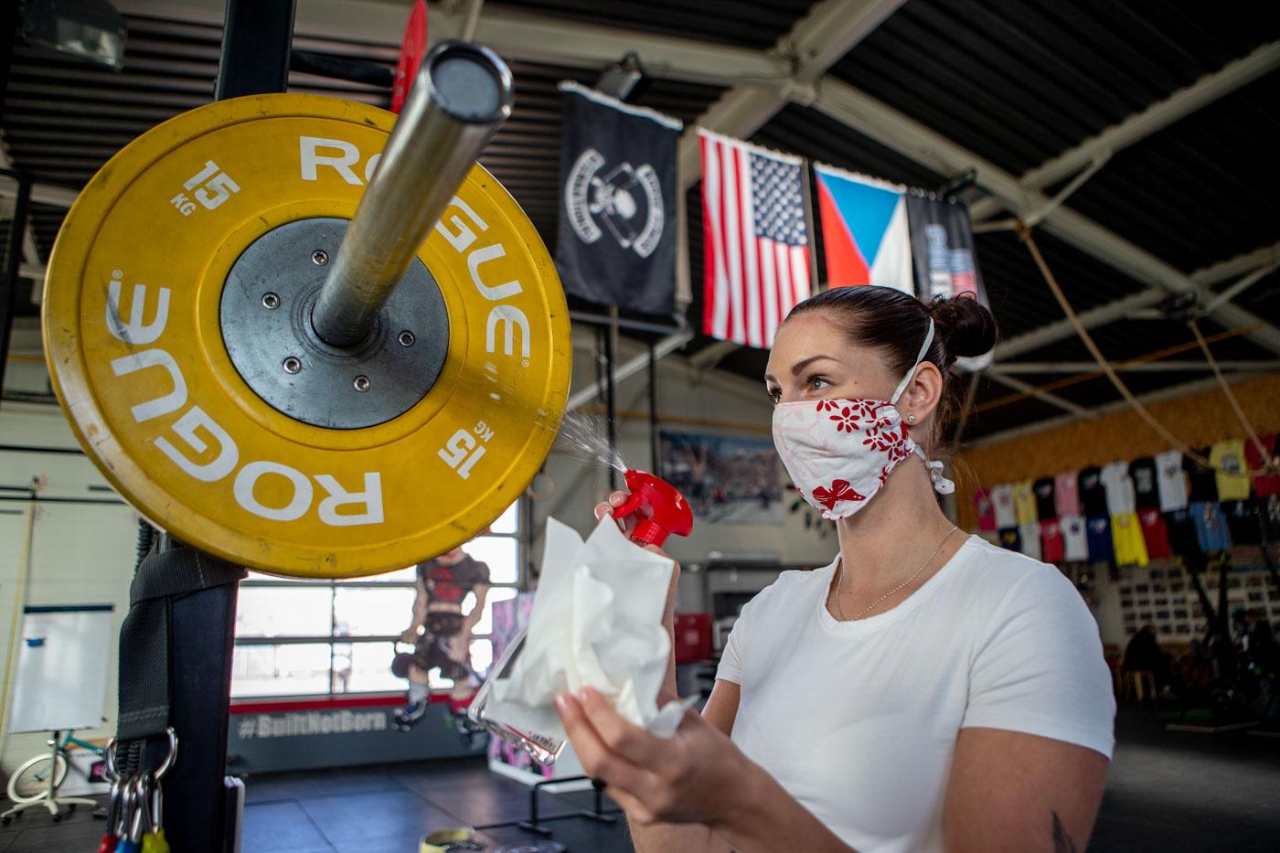 Ostravské fitness centrum Colliery CrossFit se dnes 25. dubna 2020 připravuje na obnovení provozu. Zaměstnanci dezinfikují zařízení fitness centra. Foto: © Vladimír Pryček/ČTK