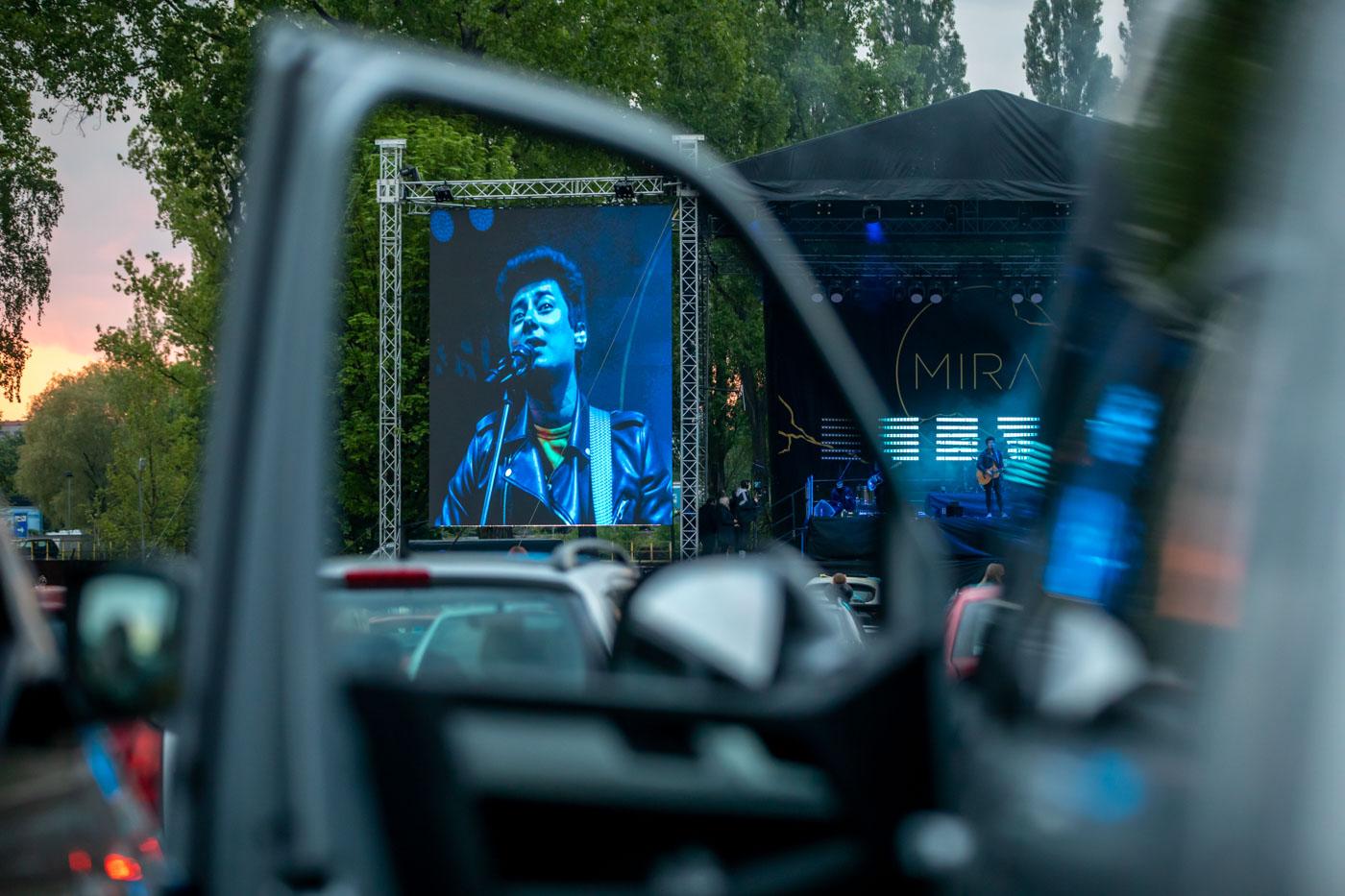 Kapela Mirai uskutečnila po uvolnění opatření v areálu ostravských Dolních Vítkovic odehrála koncert pro auta. Koncert byl zcela vyprodaný na který dorazilo 500 vozů. Fanoušci si zvuk naladili přes rádiové vlny ve svém autorádiu. Foto: © Petr Sznapka/ČTK