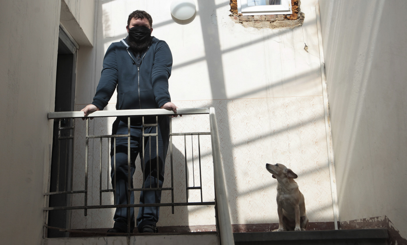 Ondřej Hložek, básník z Opavy ve svém domě se svým psem, 16. dubna 2020. Foto: © Alexandr Satinský/MAFRA.