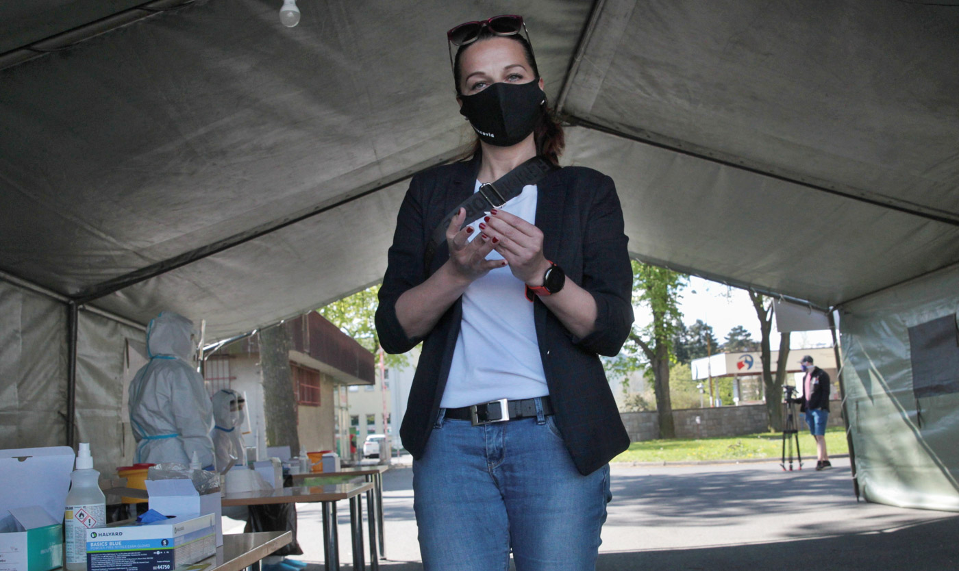 Plošné testování na koronavirus, covid 19, kde odběrové  místo je vedle Slezské nemocnice v Opavě. Lidé zde  přicházeli v určitý čas, který jim byl přidělen při registraci.  Fronty se netvořily. Test se prováděl odběrem kapky  krve z prstu. Dotyčný potom počkal 10 minut na vyhodnocení. 2. května 2020 v Opavě. Foto: © Alexandr Satinský/MAFRA.
