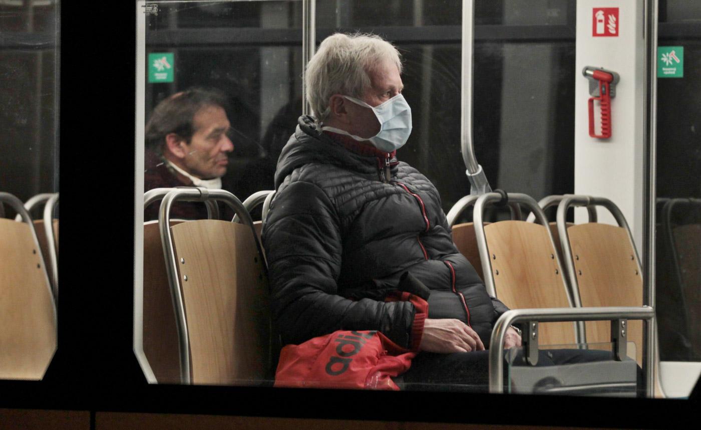 Noční tramvaj z Ostravy do Poruby. První den, kdy se musela nosit rouška. Foto: © Alexandr Satinský/MAFRA.